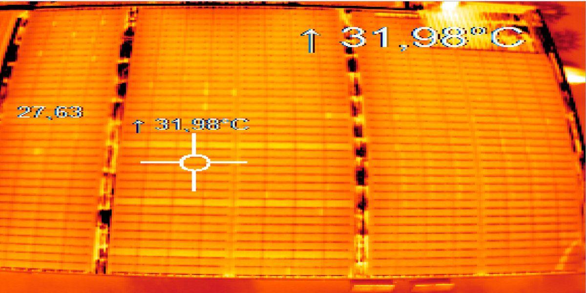 图中是一组在斜屋顶上平行排列的薄膜光伏组件,只有热成像仪才能准确